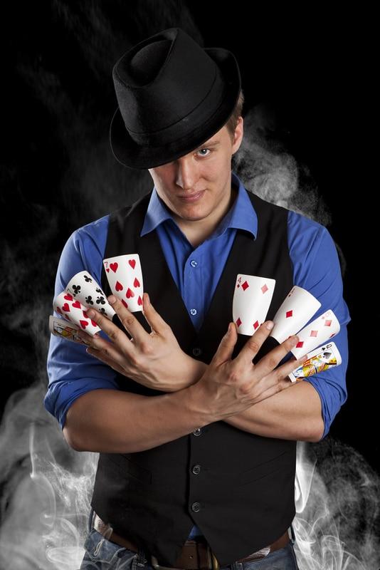 Korttipeliä. Kuva Riku Kankaro